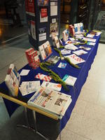 Stand mit Informationsmaterial